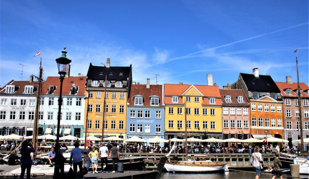 コペンハーゲンの運河沿いにならずカラフルな建物