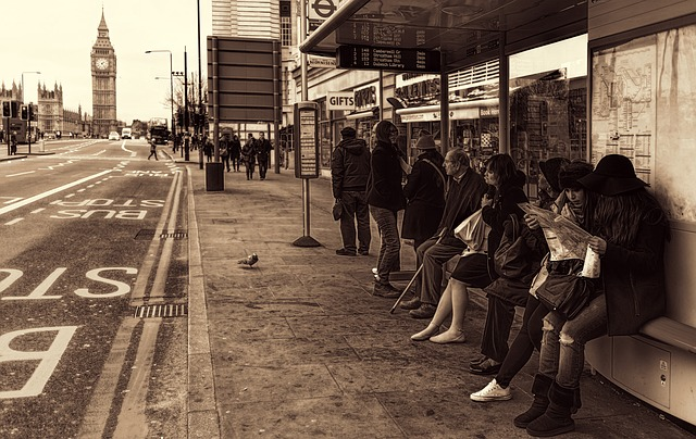 バス停で女性に順番を譲る男性