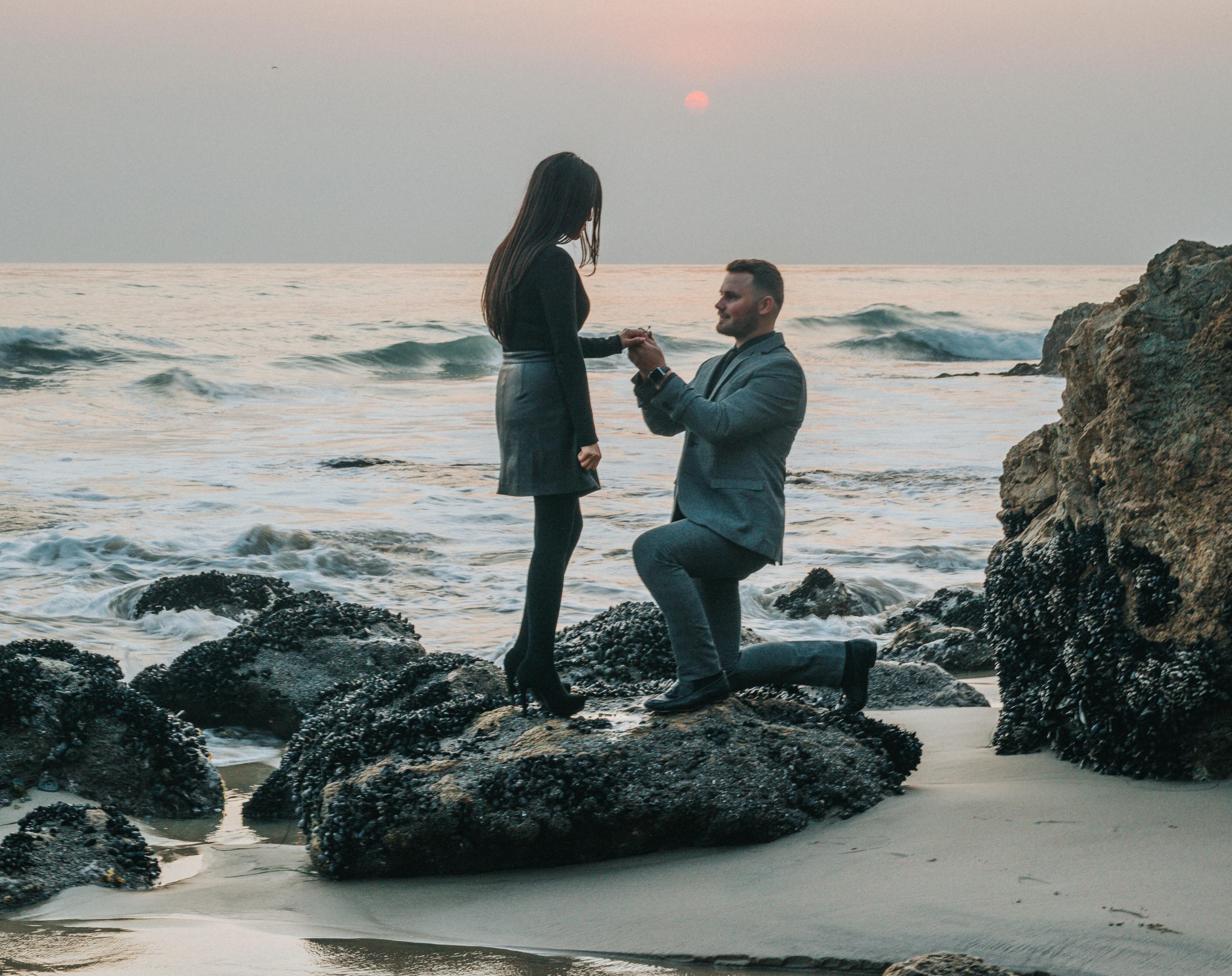 ひざまづいてプロポーズをする男性