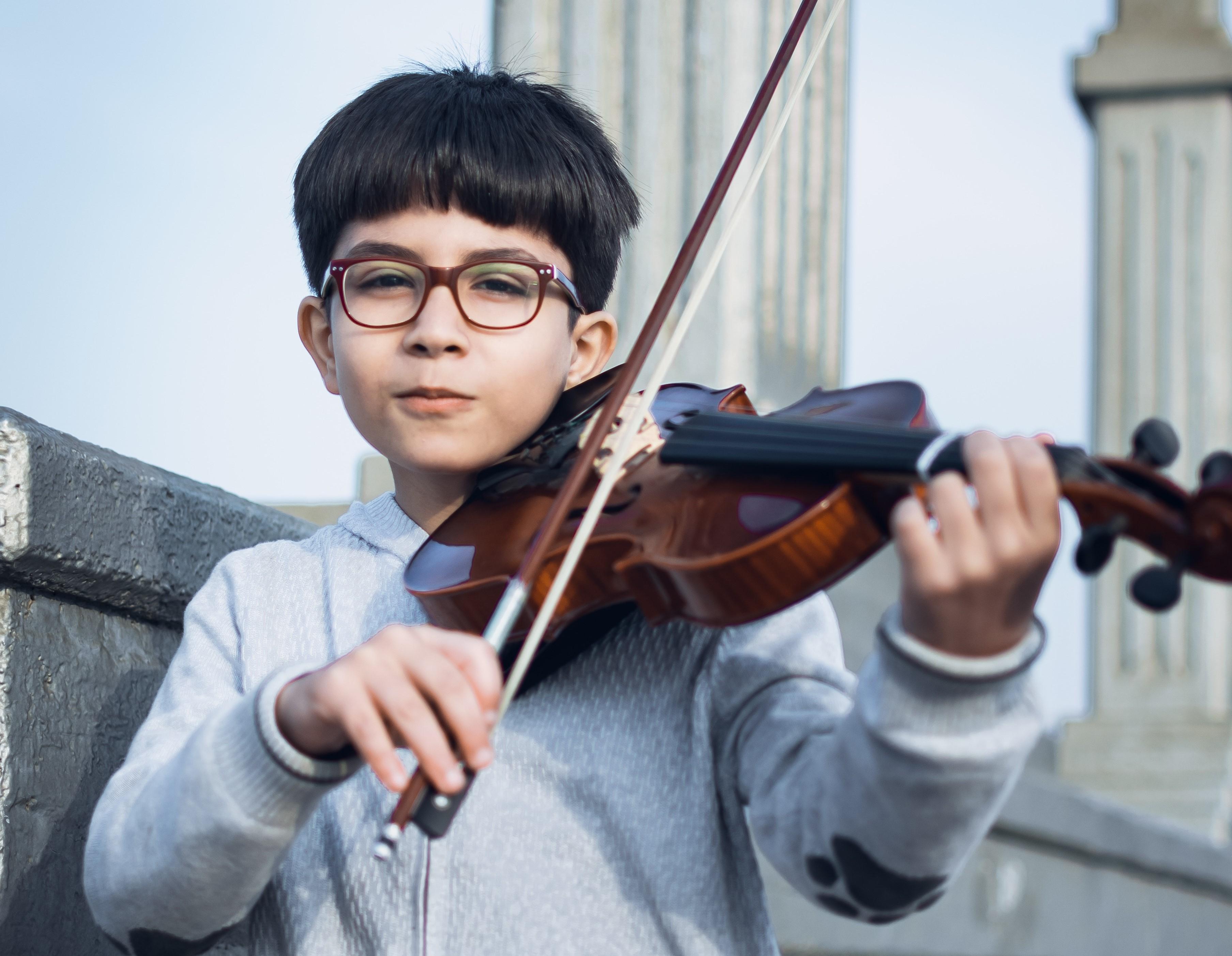 ヴァイオリンを楽しむ少年