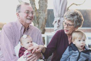 ベビーシッターをする祖父母