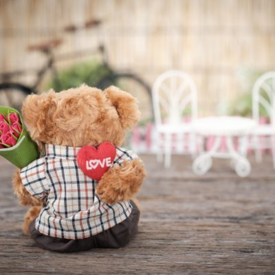 【バレンタイン】花を贈るイギリス男性、チョコを送る日本の女性