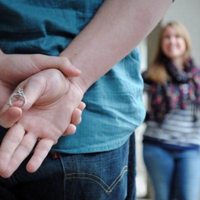 【ひざまずいてプロポーズ】サプライズで婚約指輪を準備する秘訣
