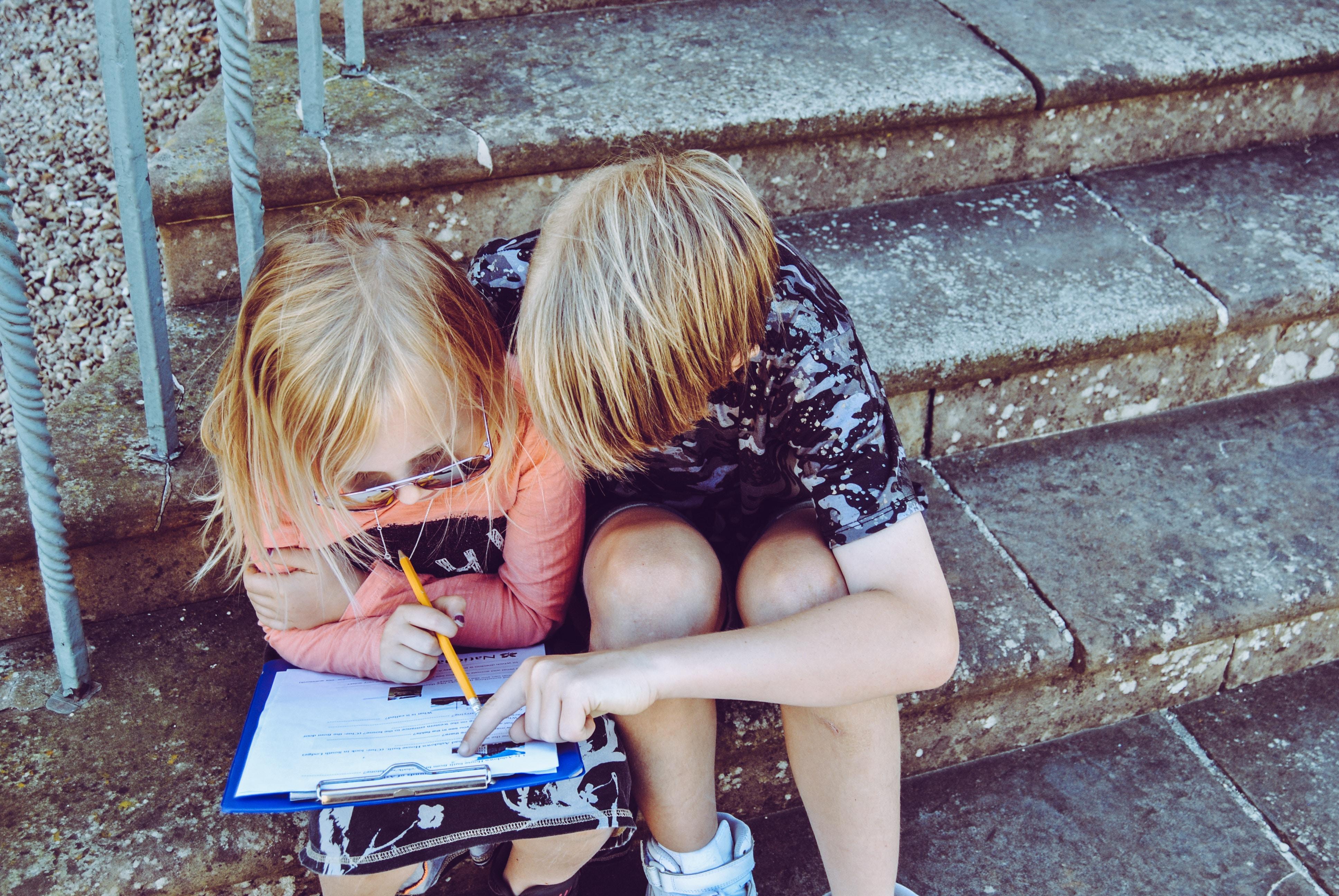 助け合うことを学ぶ子ども