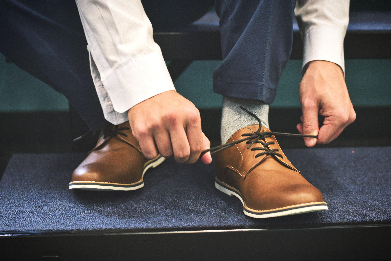 靴の紐を結ぶ
