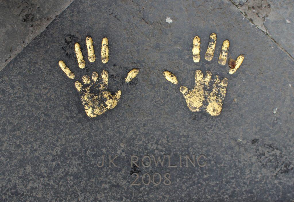 エディンバラのオールドタウンにあるJKローリングの手形