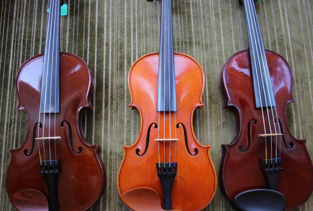 赤いニスと黄色のニスのヴァイオリン