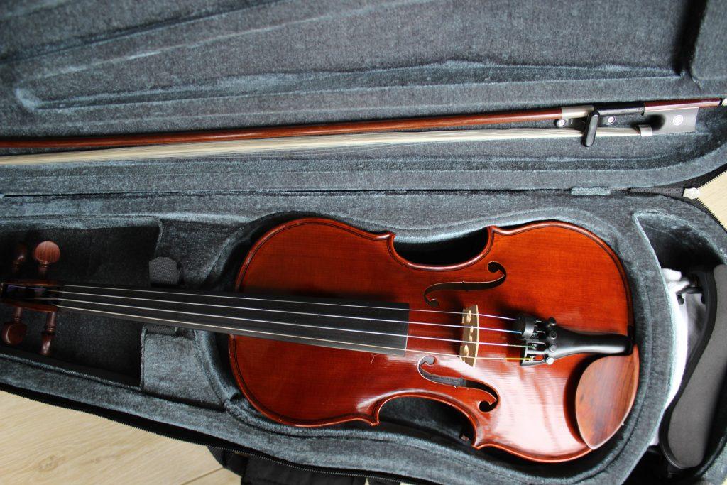 ローズウッドのアクセサリーが付いたヴァイオリン
