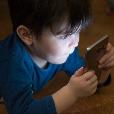 ビル・ゲイツやスティーブ・ジョブズは子供が14才になるまで携帯を与えなかった