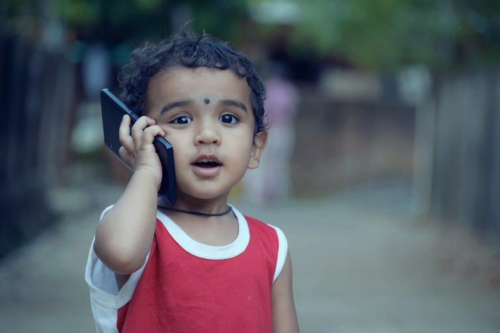 小さな子どもと携帯