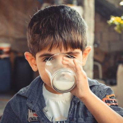牛乳を飲むと背が高くなるのは本当か?