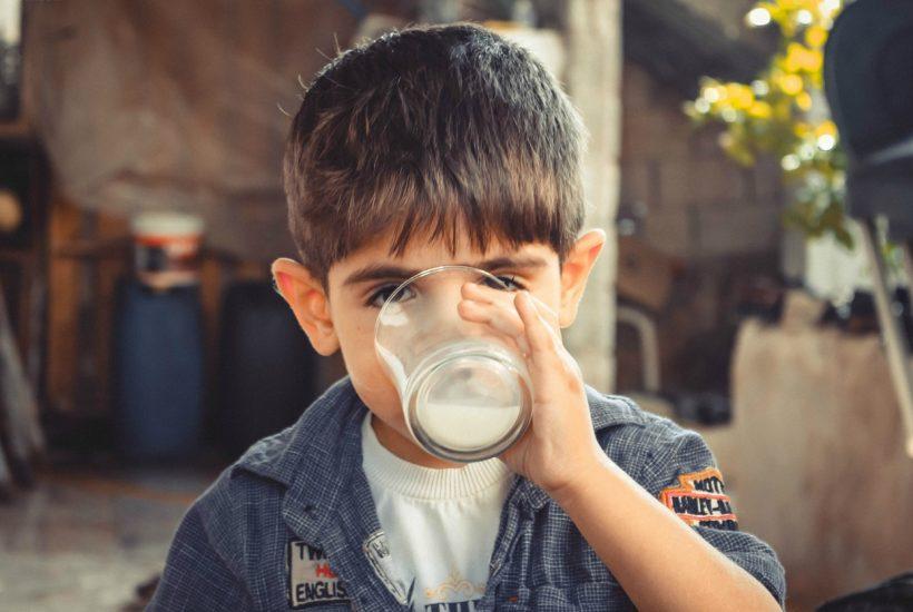 ミルクを飲む少年