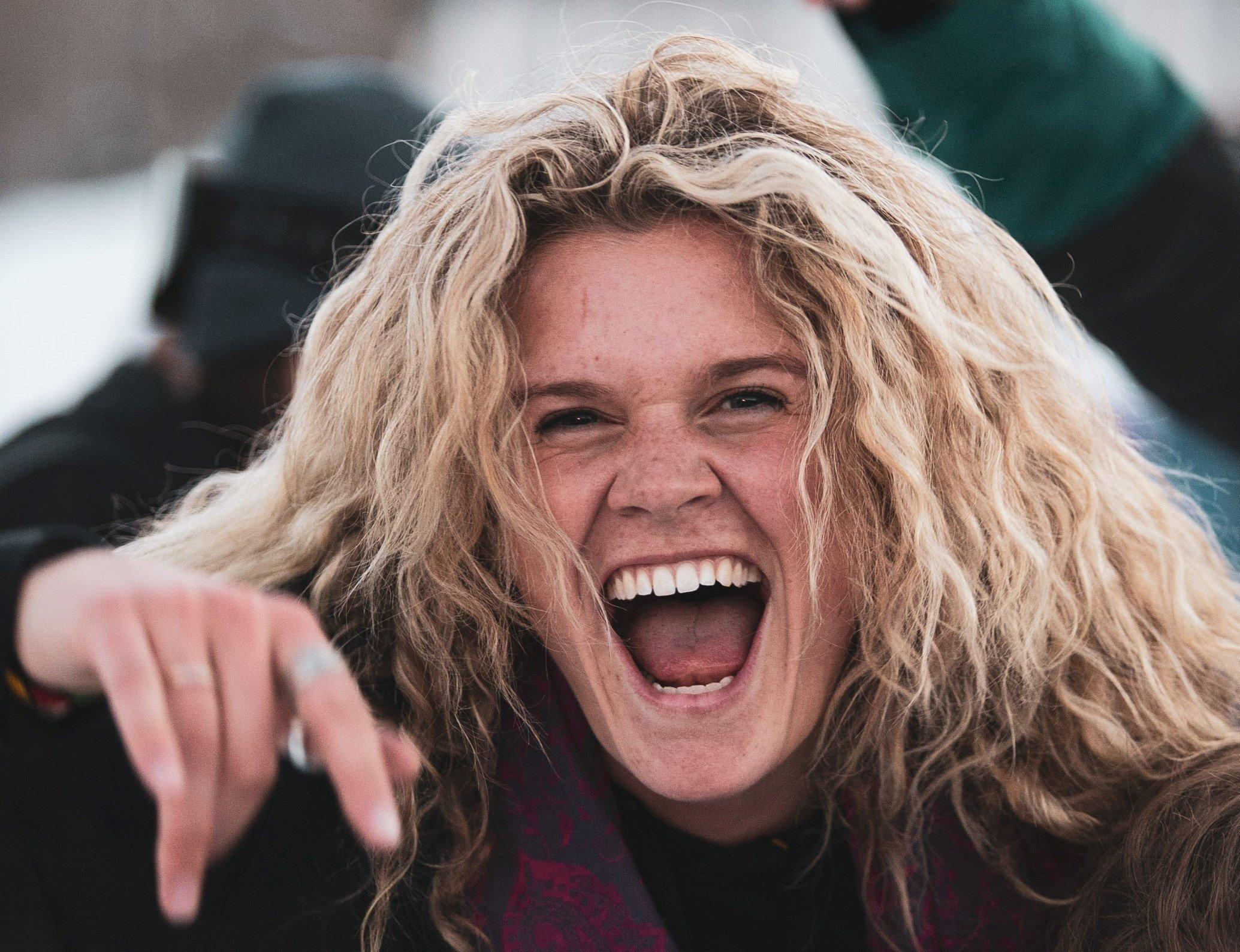 大口を開けて笑う女性